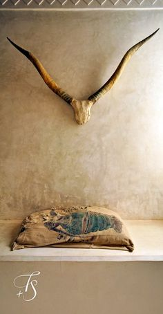 Swahili Guest House, horns and plaster wall Diy Interior, Interior And Exterior, Wabi Sabi, Home Deco, La Main Au Collet, Lamu Kenya, Living Tv, Living Room, Cow Skull