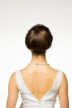 ロングの髪を、毛先からロットに巻きつけ、丸みを出しながら内側に巻き込む。フォルム美が際立って。すっきりと出た襟足が、クールななかにも女らしさ...