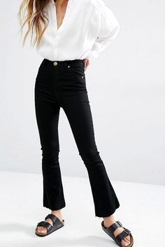 Le Fashion: Must-Have: Black Cropped Flared Raw-Hem Jeans Flare Jeans Outfit, Kick Flare Jeans, Cropped Jeans Outfit, Crop Flare Jeans, Black Cropped Jeans, Cropped Flare Pants, Mode Outfits, Jean Outfits, Crop Top With Jeans