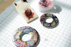 Life Made Creations: Washer Pendant How To Alcohol ink tutorial. Doesn't look too difficult for the girls to make. Alcohol Ink Crafts, Alcohol Ink Art, Home Crafts, Fun Crafts, Simple Crafts, Hardware Jewelry, Jewelry Making Tutorials, Clay Tutorials, Jewelry Crafts