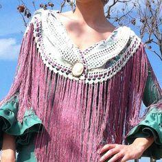 Tutorial paso a paso sobre como hacer un mantoncillo de flamenca combinado de tela y crochet con flecos de seda Tassel Necklace, Turquoise Necklace, Reuse Clothes, Wabi Sabi, New Fashion, Floral, Diy, Knitting, Sewing