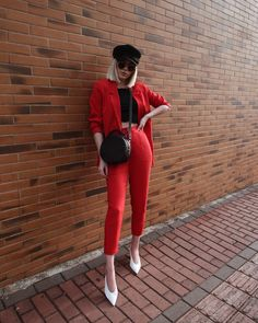 retro style / red pants, red blazer, crop top, baker boy hat, circle bag, v-cut slingback / blazer vermelho, calça vermelha, cropped, boina, bolsa redonda, sapato v-cut.