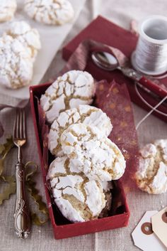 Ricciarelli di Siena - The origin of ricciarelli di Siena dates back to the fifteenth century: the almond paste was once very popular in the town and Siena was famous even outside its territory for its production. Italian Cookie Recipes, Italian Cookies, Italian Desserts, Almond Paste Cookies, Crackle Cookies, Gelato, Candy Apples, Toscana, Crack Crackers