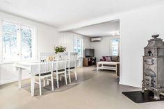 FINN – MONSET: Idyllisk eiendom med gode solforhold. Stall og uthus.To bad, tre soverom, stor stue. TG 1 på kjøkken og bad.
