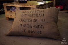 Suite à une visite chez l'excellent torréfacteur Canephora, nous avons eu l'idée de recycler des sacs de café en toile de jute. Inspiré par une recherche web, voici notre première réalisation de coussin. Un article qui se mariera parfaitement avec vos...