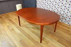 Table Ronde Design Scandinave en Teck V.V.Mobler Vintage 1968 Éditeur: V.V.Mobler, made in Denmark Elle possède 1 allonge centrale. La table est en excellent état. Dimensions: Diamètre 120 cm / Longueur totale avec son allonge 170 cm / Hauteur 72 cm. Référence:A1429