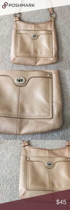 Coach metallic pink leather crossbody k1176-f16522 Coach pink metallic leather Crossbody messenger style bag has one spot of a little fading on the front see photos for details otherwise in great condition has a Clock side pocket for a phone or wallet inside there's a zippered pocket as well as two other pockets for a phone or wallet authentication number K 1176 Dash F16533 non-smoking home fast delivery at an excellent price and the strap is adjustable Coach Bags Crossbody Bags