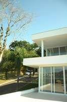 Para solucionar o problema do terreno em declive sem aterrar, o arquiteto André de Amorim optou fazer uma casa em pavimentos Foto: André Amorim