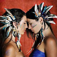 空の色や植物、動物の色って、人間の手で作られた色ではとても表現しきれない圧倒的な美しさがありますよね。 そんな自然がつくり出した美しさをアクセサリーで表現したのが、「Spirit Tribe」。 Spirit Tribeの作品は、天然石やフェザー、メタルなどナチュラルな素材で作られており、まるで「お守り」のような厳かな...
