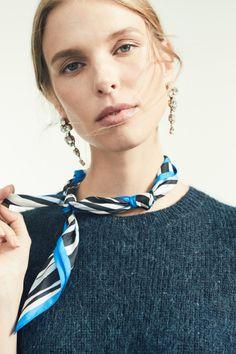 El pañuelo se ha convertido en el accesorio por excelencia esta primavera. Inspírate y descubre nuevas formas de lucirlo: http://chezagnes.blogspot.com/2017/04/panuelos-el-complemento-it.html  . . #Pañuelos #Accesorios #Accesories #Scarf #SilkScarf #ChezAgnes #streetstyle #inspiration
