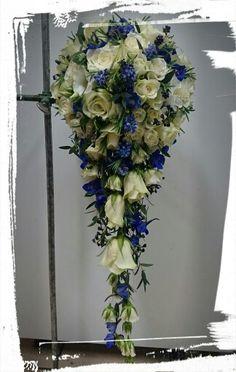 Lang dråpebukett med hvite grein roser,store roser,blå delphinium, poppel, perleblomster og lavendel blader -design ingunngrimsby ❤