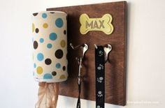 Make at home stylish personalized dog leash holder with a piece of wood, a wipes container and a couple of hooks - DIY dog crafts Diy Pet, Dog Organization, Dog Leash Holder, Wipes Container, Dog Rooms, Dog Crafts, Family Crafts, Animal Projects, Diy Projects