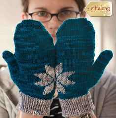 Ravelry: Two Hands Make A Snowflake pattern by Mari Chiba for Cervi .this looks like something you would like :) Crochet Mittens, Mittens Pattern, Knitted Gloves, Knit Crochet, Knitting Designs, Knitting Projects, Knitting Patterns, Knitting Ideas, Crochet Projects