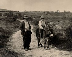 This picture gives us a clearer example of how people dressed like in the It also exposes a rural landscape, which happens to be the setting of Of Mice and Men. Old Pictures, Old Photos, Vintage Photos, Irish Language, Old Irish, Images Of Ireland, Irish People, Irish Cottage