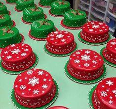 Holiday Mini Cakes Mini Christmas Cakes, Christmas Themed Cake, Christmas Cake Designs, Christmas Cake Pops, Christmas Deserts, Christmas Cake Decorations, Holiday Cakes, Christmas Goodies, Christmas Baking