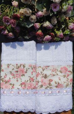Kit duas toalhas de lavabo da marca Karsten, com aplicação em tecido 100% algodão., bordado inglês, passa-fitas e fita de cetim.  Enviamos na caixinha para presente.  Peça a pronta entrega.  Frete não incluso.