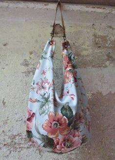 Bolso de tela de tapicería de flores con cremallera y bolsillo interior.