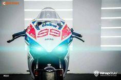 """Hiện đã có số lượng khá lớn tại Việt Nam, chính vì vậy những chiếc Ducati 959 Panigale đã """"đụng hàng"""" khá nhiều. Để khiến chiếc 959 của mình trở nên độc đáo và thể thao hơn, một biker Việt đã dán tem trùm cho toàn bộ thân xe theo phong cách MotoGP và thay cho xe cặp lốp trơn không vân."""