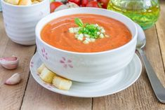 Golden Gazpacho Soup - A smooth and silky cold soup. Tomato Soup Recipes, Chili Recipes, New Recipes, Most Delicious Recipe Ever, Dietas Detox, Israeli Food, Healthy Fats, Summer Recipes, Gastronomia