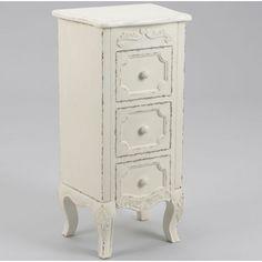 Urocza biała przecierana komoda w prowansalskim stylu z trzema wąskimi lecz głębokimi szufladkami. Idealnie nada się do przechowywania np. biżuterii.