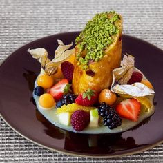 Panettone, fruits frais, sauce au chocolat blanc de Massimo Mori créateur et directeur d'Emporio Armani Caffè