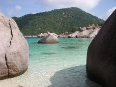 We're in love with dreamy Boulders Bay on Ko Tao beach, Thailand. <3