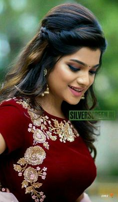Tips And Tricks For Healthy Youthful Skin - Cute😘 Beauty ☺❤❤ - Indian Bun Hairstyles, Lehenga Hairstyles, Open Hairstyles, Beautiful Hairstyles, Hairstyles Haircuts, Pinterest Hair, Cute Beauty, Indian Beauty Saree, Hair Designs