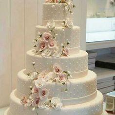 Bolo de casamento clássico, com florais em cascata. #casar #casamento #bolo #bolodecasamento #centrodemesa #cerimonia #festadecasamento #noivos #noivas #buquedenoiva #casamento2016 #weddingdetails #wedding #decoracaodecasamento #noiva #casamentomoderno #voucasar #sapatodenoiva #noivandoecasandoinspiracoes #voucasar2017 #voucasar2016 #noivei #vestidodenoiva #weddingdress #casamentoeconômico #casamentocriativo #casamentodedia #weddinginspiration #inspiracaodecasamento #weddingideas