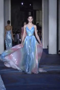 Zuhair Murad Look 27 Colourful Slip Backless Sheath Evening Maxi Dress / Long Gown with Spaghetti Straps, Open Back and a Train. Collection Spring Summer 2019 by Zuhair Murad Couture - Agenda De La Défilé Couture Fashion, Runway Fashion, Fashion Models, Beautiful Gowns, Beautiful Outfits, Couture Dresses, Fashion Dresses, Look Fashion, Fashion Show