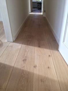 Brede eiken multiplank naturel wit geolied - Lilly is Love Coastal Bedrooms, Coastal Living Rooms, Natural Wood Flooring, Wooden Flooring, Colorful Interior Design, Colorful Interiors, Beach House Plans, Beach House Decor, European Home Decor