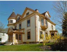 c1900 Queen Anne Victorian #Newburyport New England Style Homes, Historic New England, Queen Anne, Victorian, Windows, Mansions, House Styles, Home Decor, Decoration Home