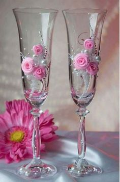 Flutes with pearls and Silk or Foam Roses - no tutorial Wedding Wine Glasses, Wedding Champagne Flutes, Champagne Glasses, Decorated Wine Glasses, Hand Painted Wine Glasses, Glitter Glasses, Glitter Wine, Wine Glass Crafts, Bottle Art