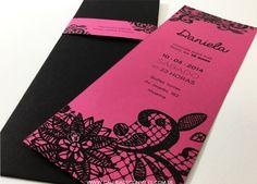 Convites de 15 anos. Convites de 15 anos rosa e preto. Convite 15 anos com renda desenhada no convite e na faixa. Convite 15 anos impresso em papel rosa.
