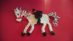 ontwerp van Sandy Fiegen Rainbow loom figure charm animal horse with saddle. Reminds me of a wooden carousel horse. Rainbow Loom Bands, Rainbow Loom Charms, Rainbow Loom Bracelets, Rainbow Loom Animals, Loom Bands Designs, Fun Loom, Rainbow Loom Creations, Pretty Horses, Crafts To Do