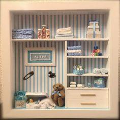 Vitrine Miniature, Miniature Rooms, Miniature Crafts, Miniature Furniture, Dollhouse Furniture, Box Frame Art, Box Frames, Scrabble Crafts, Baby Frame