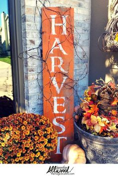 Harvest Sign on Barnwood for Fall Front Porch Decor This harvest sign is such a fun, festive fall decor to add to a front porch. This DIY tutorial has painting tips working with stencils and barnwood. Mums In Pumpkins, Diy Porch, Porch Ideas, Barn Wood Signs, Wooden Signs, Diy Décoration, Fall Diy, Porch Decorating, Decorating Ideas