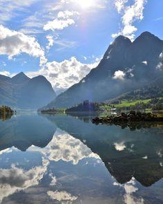 Lake Oldevatnet in the Oldedalen Valley in Olden, Nordfjord. Sogn og Fjordane, Norway. Photo: Øyvind Heen - www.fjords.com (ved Stryn)