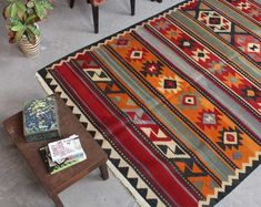 Wolle Distressed Red und Multi Handmade Persian Teppich – Area Rugs in living room Kitchen Area Rugs, Hippy Room, Carpet Shops, Red Rugs, Turkish Kilim Rugs, Decoration, Rugs Online, Small Rugs, Rugs In Living Room