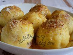 Brambory uvaříme ve slupce. Po uvaření spláchneme studenou vodou a necháme je vychladit. Pak je oloupeme a nastrouháme na menších nudličkách.  Do nastrouhaného .... Pretzel Bites, Potatoes, Bread, Vegetables, Food, Meal, Potato, Essen, Vegetable Recipes