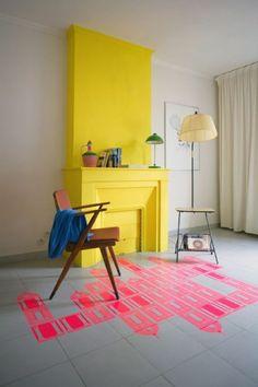 peindre une pièce en deux couleurs salon avec cheminée d interieur jaune