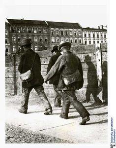 Heinrich Zille-Fotos:  Über die Knobelsdorffbrücke: Arbeiter in Charlottenburg auf dem Weg zur Kiesgrube. Aufnahme von 1900.