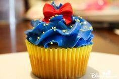 Cupcakes Decorating Disney Snow White 69 Ideas For 2019 Disney Cupcakes, Disney Desserts, Wedding Cakes With Cupcakes, Cool Wedding Cakes, Fun Cupcakes, Wedding Desserts, Cupcakes Decorating, Decorating Ideas, Snow White Cupcakes