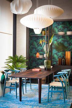 Eetkamer met donker hout en felle kleuren - bekijk en koop de producten van dit beeld op shopinstijl.nl
