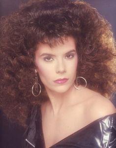 """Tra i simboli anni '80 anche i capelli cotonati o """"capelli alla selvaggia"""" come suggerito da Silvia!"""