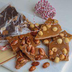Karamellknekk er perfekt som julegaver eller vertinnegaver! Lag karamellknekk med topping som hasselnøtter, brente mandler eller sjokolade og peanøtter.