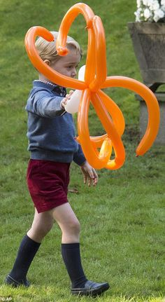 dailymail: Canada Tour, Day 6, Children's Party, Government House, Victoria, British Columbia, September 29, 2016-Prince George carries a spider balloon