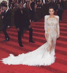 Nice, la robe de Kim Kardashian aux #Metgala.