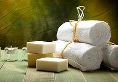 Das Rezept ergibt rund 1, 4 Kilo Seife.Für die besonders pflegende, schonenende Seife brauchen Sie:- 300 g Olivenöl- 300 g Rapsöl- 250 g Kokosnussöl- 100 g...