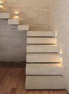 A escada tem armação metálica e é revestida com arenito colombiano. Projeto das arquitetas Fabiana Avanzi e Tininha Loureiro.