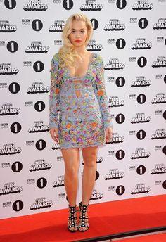 Zu viel ist einfach zu viel: Gut, dass sich Rita Ora (24) bei den BBC Radio 1 Teen Awards so oft umzog, denn diese Kombi war wirklich too much! Das Haar zu voluminös, das Dekolletée zu prall und die Nicholas-Kirkwood-Heels zu extravagant - so wirkt die Sängerin leider echt kitschig!